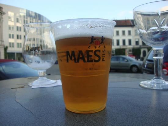Brasserie London: Cerveja nas mesas externas
