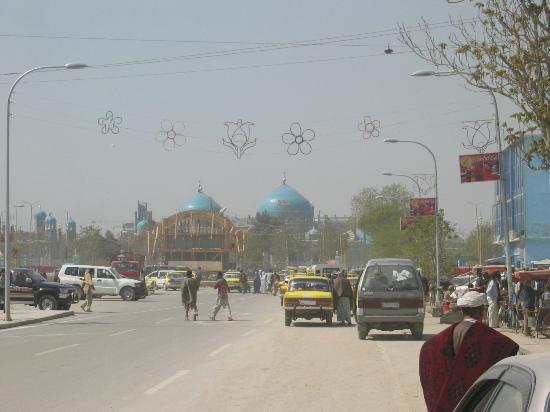 Balkh, أفغانستان: Mitt i Mazar-e-Sharif ligger den välkända moskén som är dekorerad med blå mosaik.