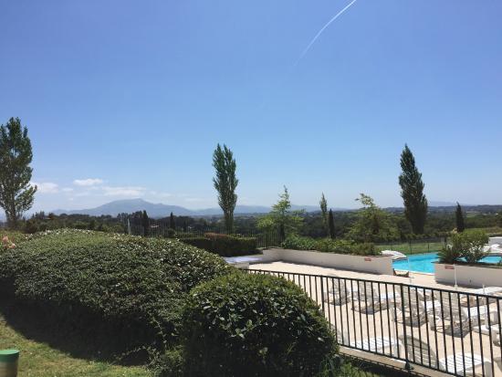 Pierre & Vacances Résidence Les Terrasses d'Arcangues : Vue vers le golf et la piscine