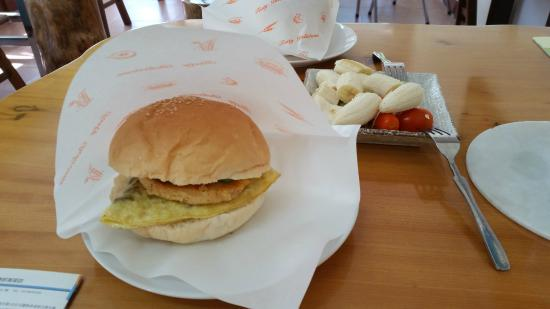 Jaja Homestay: Fruits and burger served for breakfast on our first morning