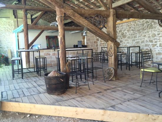 Patio du bel oustau tr s agr able bar ext rieur avec carte de tapas de bell - Photo patio exterieur ...