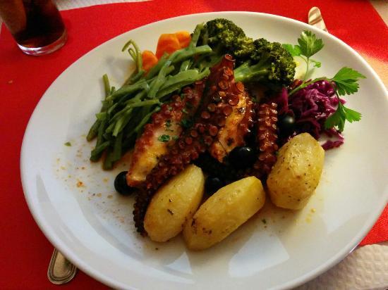 Octopus with paprika: fotografía de Petrarum Domus bar restaurante ...