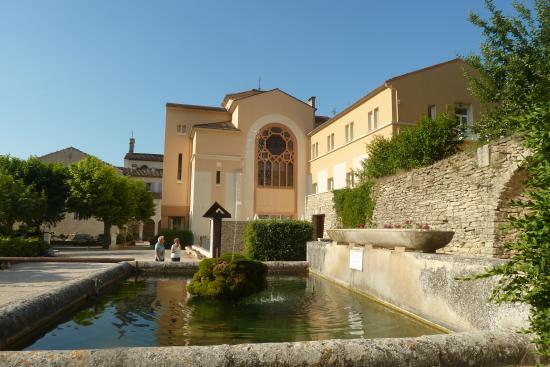 Hôtellerie Notre Dame de Lumières : Agréable jardin ombragé