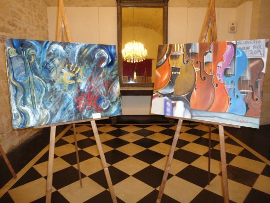 teatro dei Donnafugata : Mostra di quadri di Ausilia Miceli nel foyer del teatro