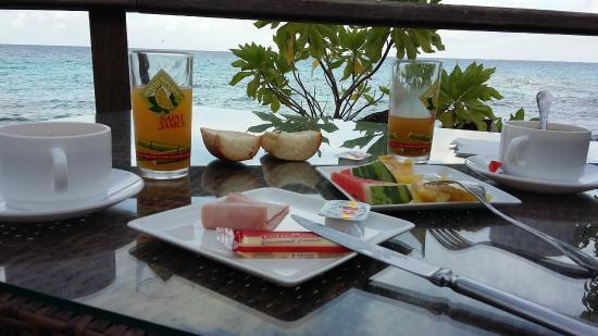 Hotel Raira Lagon : petit déjeuner face au lagon