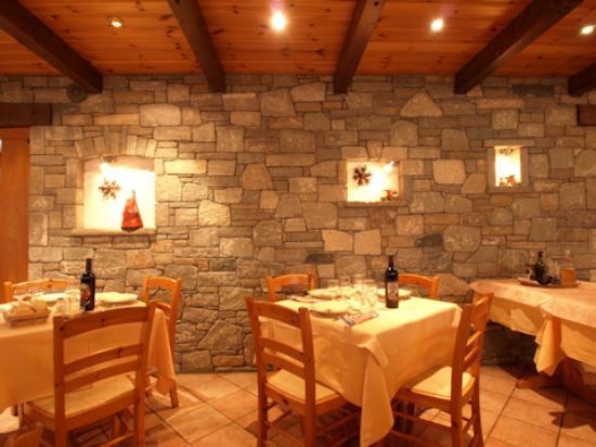 Arredo rustico di sala foto di hotel mont nery for Arredamento ristorante rustico