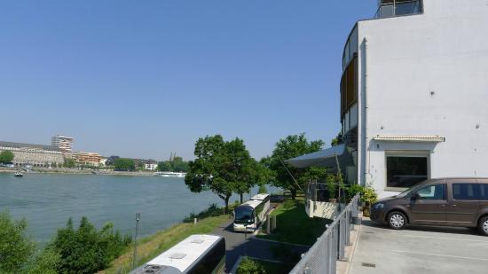 Diehls Hotel: Hoteleingang mit Parkplatz und Rheinufer