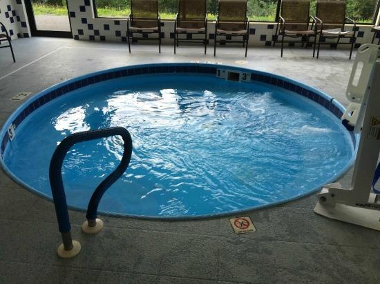Holiday Inn Express Morgantown : Hot tub