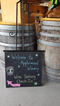 Applewood Winery: Entry