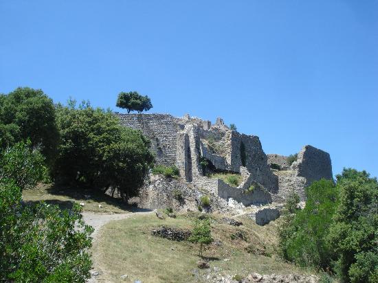 Chateau de Termes: Arrivée au chateau par le chemin