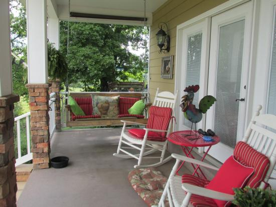 Beechgrove, TN: Relax on the front porch!