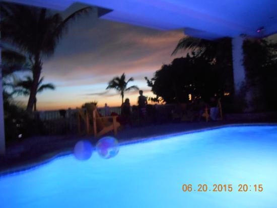 Barrett Beach Bungalows: From the pool area toward the beach just after sunset
