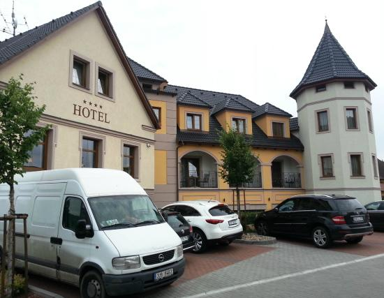 Hotel Zlata Lipa : Rooms overlooking parking lot