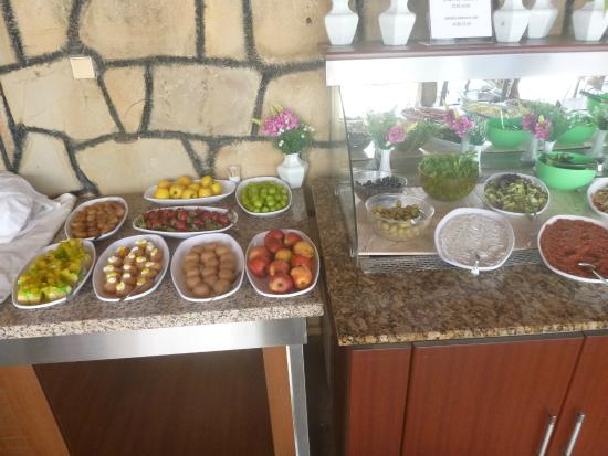Elit Garden Hotel : Food open to the elements outdoors 2