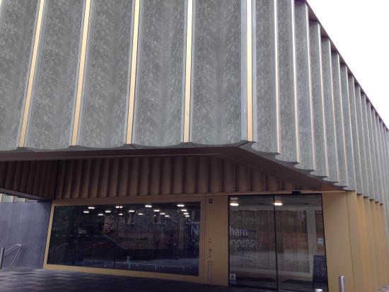 Nottingham Contemporary Art Gallery: 正面玄関の外壁の一部がレース模様