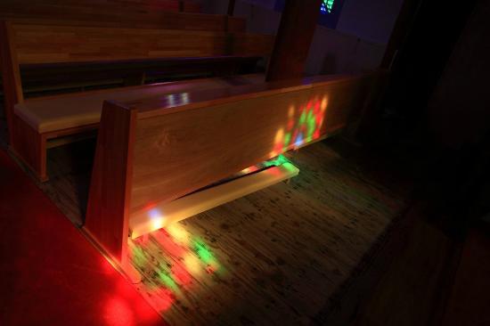 Ebukuro Church: ステンドグラスの色彩が移りこむ