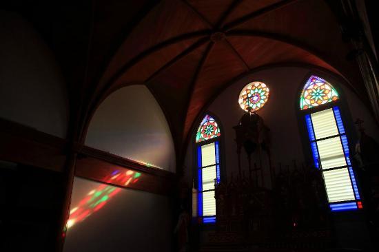 Ebukuro Church: 陽の光が幻想的な美さを演出します