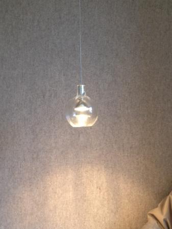 Hotel Gasthof Neuwirt: Leuchte im Sitzbereich.