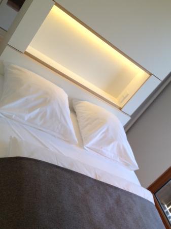 bett mit ablage beleuchtung stromanschlu bild von hotel gasthof neuwirt zorneding. Black Bedroom Furniture Sets. Home Design Ideas