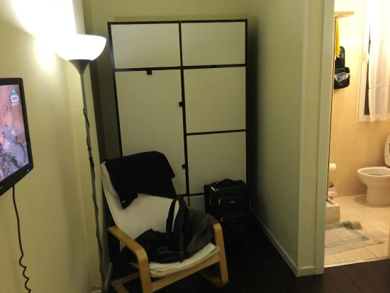 Hostal Pizarro: Armoire and chair by Ikea.