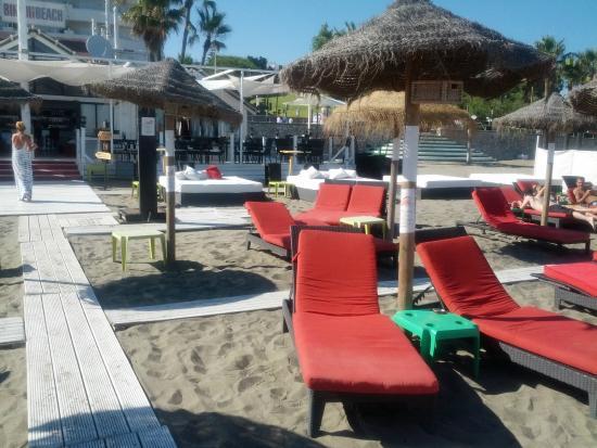 Bikini Beach Lounge Bar and Restaurant: песок и дорожки