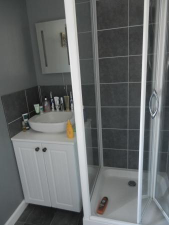 Rose Cottage Guest House: Nice clean bathroom with loads of hot water - but we didn't avail ourselves of a bath!