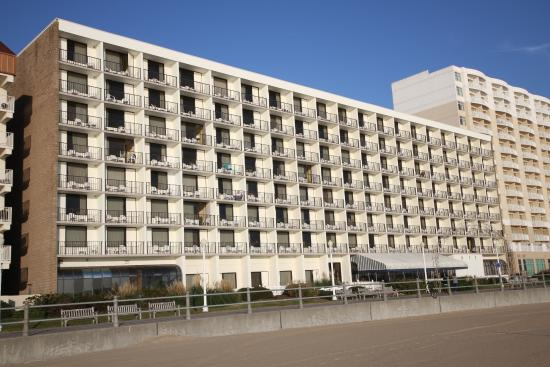 Barclay Towers Resort Hotel: Beach side of building