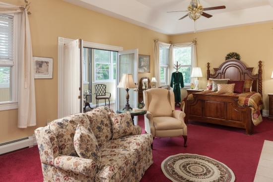 Andon-Reid Inn Bed and Breakfast: The spaciou Magnolia Suite has a private porch