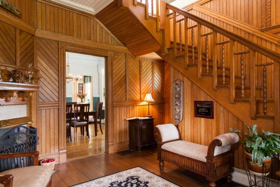 Andon-Reid Inn Bed and Breakfast: Our beautiful 1902 wood panelled foyer