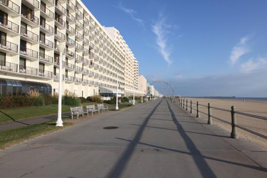 Barclay Towers Resort Hotel: Right on the boardwalk!