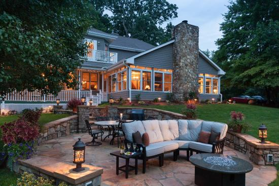 Andon-Reid Inn Bed and Breakfast: A warm evening on our outdoor patio