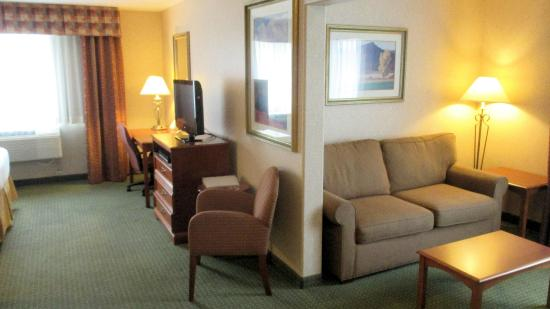 Holiday Inn Express & Suites - Gunnison: Executive Suite Sitting Area
