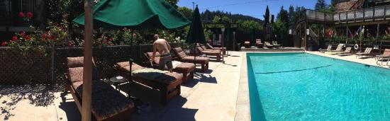The Woods Resort at the Russian River : Pool Lounge Area