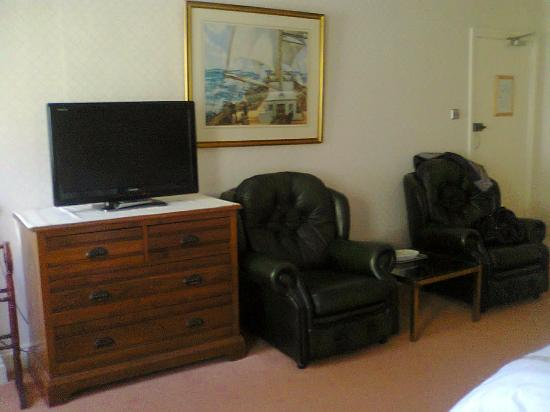 The Liston Hotel: 32inch tv with all chanels and 2 big leather armchairs