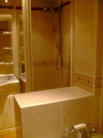 The Liston Hotel: new bathroom with a power shower and seperat bath