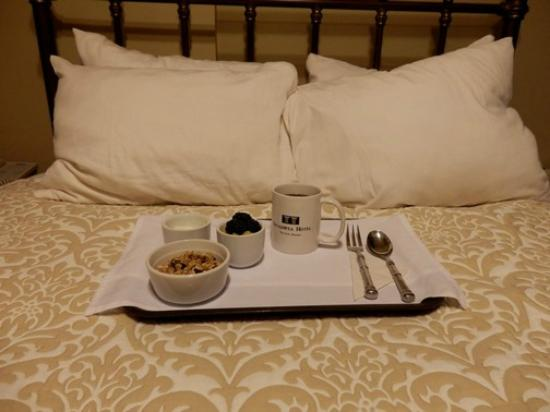 Sacajawea Hotel: Complementary breakfast in bed