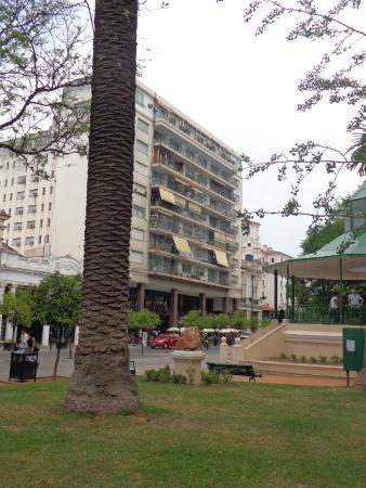 Victoria Plaza: vista del hotel  desde la plaza