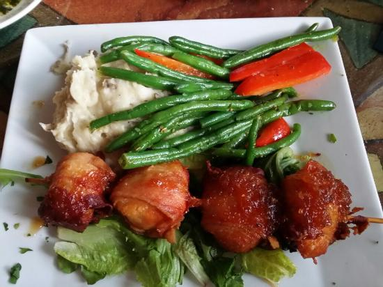 George & Wendy's Sanibel Seafood Grille: Rib eye and bacon wrapped scallops