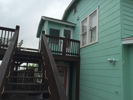 Candlelight Cottages by the Beach: Entry door to sunroom next to private patio. Laundry downstairs