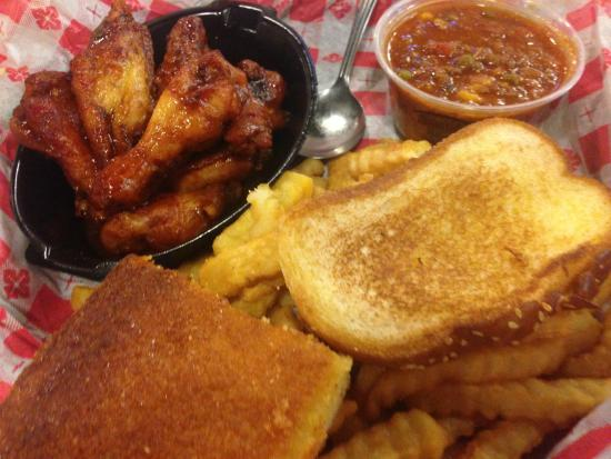 Smok'n Pig B-B-Q: Buffalo wings with stew