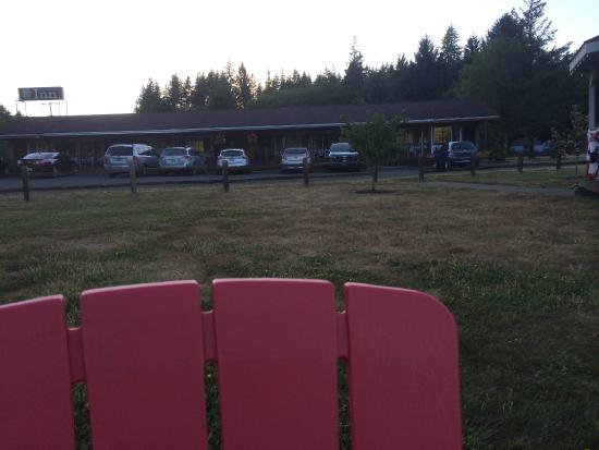 Amanda Park, WA: View of Inn from where the adirondack chairs sit by the river