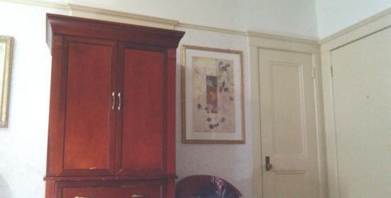 Union Square Plaza Hotel: Один из шкафов, дверь в ванную, дверь наружу