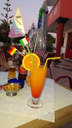 Knossos Apartments Panormo: Cocktail auf der Terasse