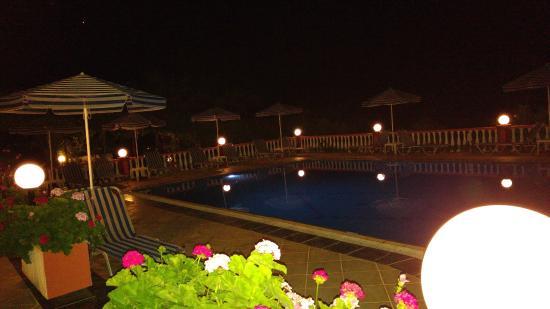 Knossos Apartments Panormo: Pool bei Dunkelheit