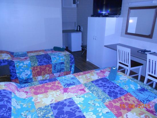 Barcaldine Country Motor Inn: standard twin room