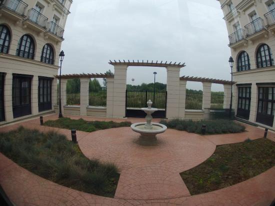 Entrada foto van hipark serris val d 39 europe serris for Adagio appart hotel barcelone