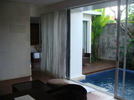 Puri Hiromi: Lounge, bedroom, pool.