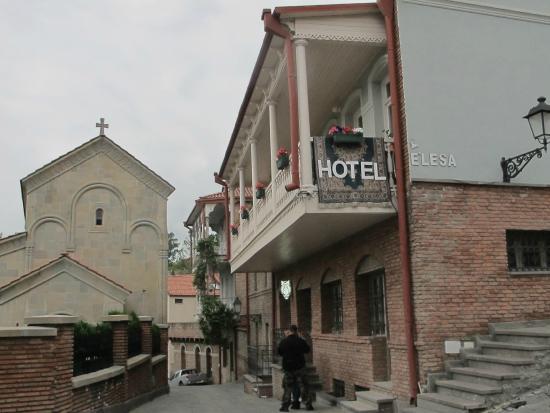 Hotel Elesa: вид с улицы