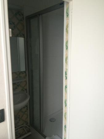 Chambre 26 de l h tel picture of central hotel paris for Chambre d hotel france