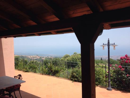 Agriturismo Le case del merlo: Spectacular view on coastline (taormina and riposto) from the studio-appartment and great locati